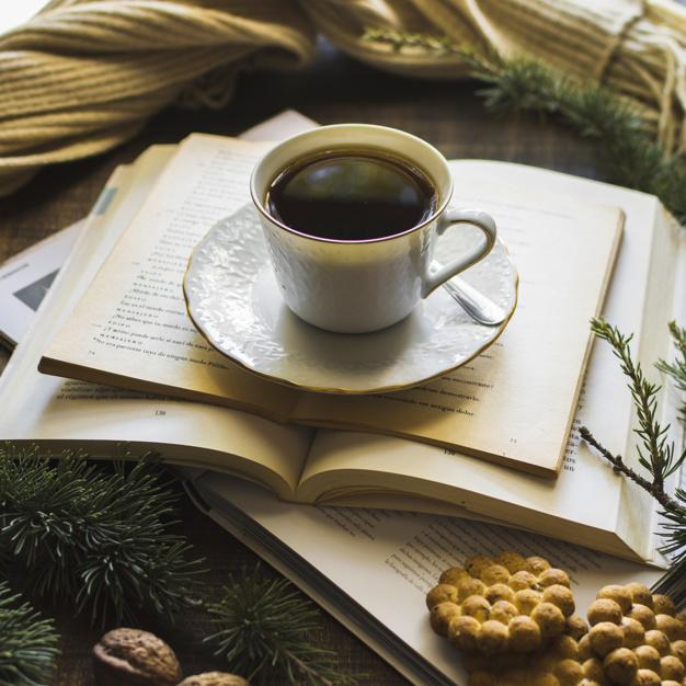 i-biscotti-si-avvicinano-al-te-e-ai-libri_23-2147943434